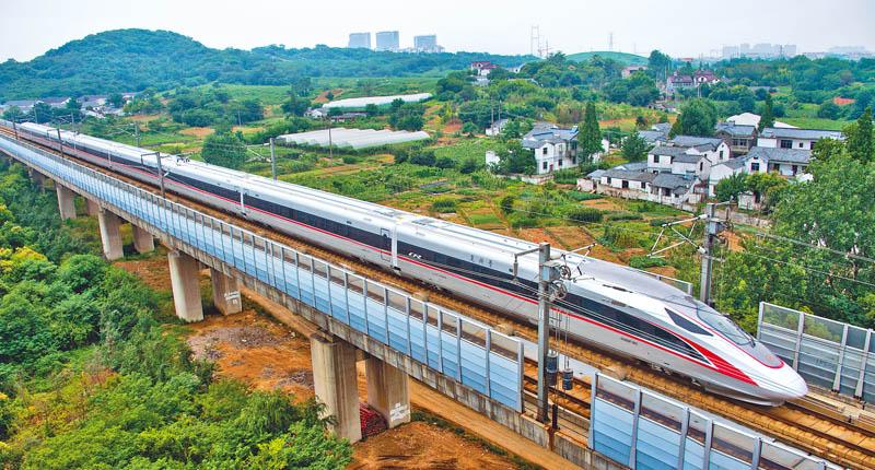 图为2017年6月26日,大陆自主研发「复兴号」动车行驶在京沪高铁江苏图片