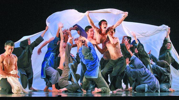 雲門舞集2014年在兩廳院藝文廣場舉行戶外公演,現場演出「薪傳」中的「渡海」、「水月」、「煙松」及「如果沒有你」。(本報資料照片)