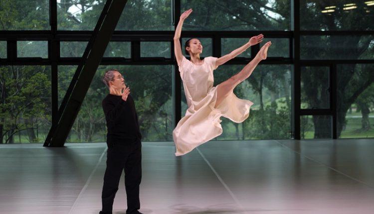 林懷民指點舞者跳出《白水》裡輕盈的瞬間。(雲門劇場提供)
