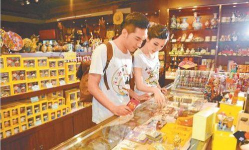 遊客在選購北京故宮文創商品。(取自新浪微博@故宮淘寶)