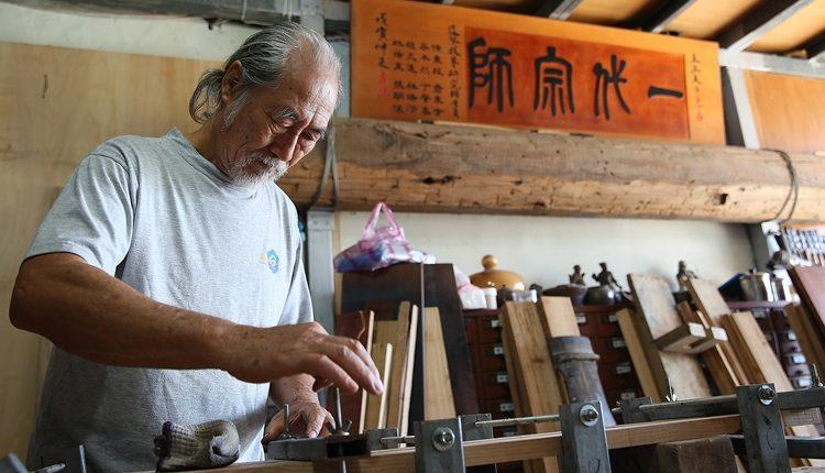 一把刨刀伴隨著老繭巧手,海上的斲琴歲月,打響了林立正在工藝上的成就。(王爵暐攝)