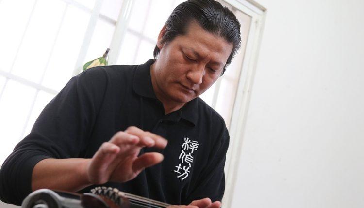 林法除了從小就追隨父親學習製琴,憑著對音律的天份和努力,考上北京中央音樂學院古琴演奏專業,如今不但是兩岸三地古琴演奏的佼佼者,更是父親工作室中為新琴辨正音色的主角。(王爵暐攝)