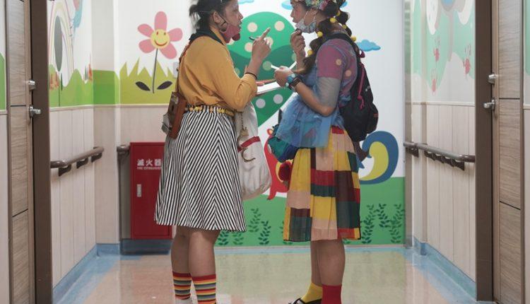 在表演的空擋,小丑醫生蔡孟純(右)與朱怡文(左)在病房外的走道,臨時交換「碰了一鼻子灰」被拒絕了的心得。(季志翔攝)