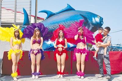 東港第一鮪拍賣是屏東縣重要活動,縣政府與漁會都會安排各類表演炒熱氣氛。(黃子明攝)
