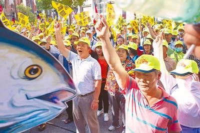 不滿漁業三法及勞基法適用問題,來自各地的2000多位漁民,去年11月6日集結到農委會與立法院抗議,表達對漁業署罰鍰金額太高的不滿。(黃子明攝)