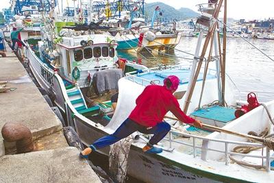 以延繩釣為主的蘇澳籍福勝漁號漁船(BK7882)去年4月首次出海捕鮪落空,返回南方澳整補後,再度出發準備前往太平洋海域再探黑鮪魚蹤跡。野生黑鮪數量逐年遞減,使得鮪釣船出海不再必有所獲。(黃子明攝)