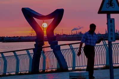東港是台灣捕獲黑鮪最多的漁港,黑鮪意象的地景裝置也成為東港最具代表性景觀,如今鮪釣產業正面臨不確定的未來。(黃子明攝)