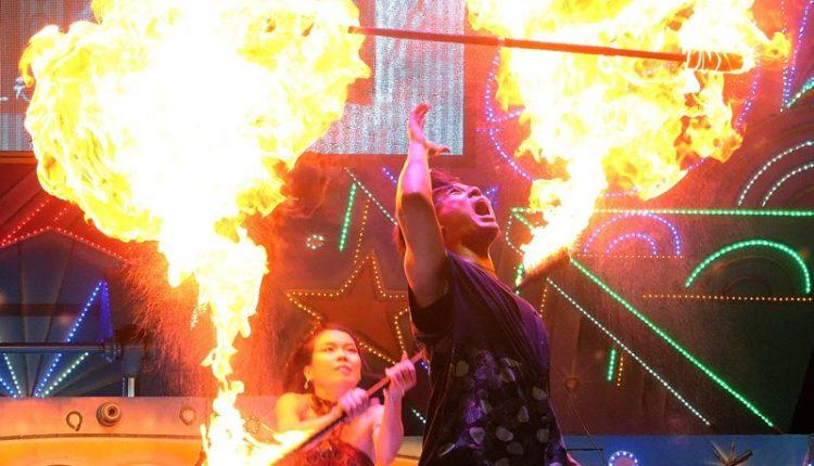 配合音樂搭配火舞演出,讓人有股深受感動的視覺饗宴。(趙雙傑攝)