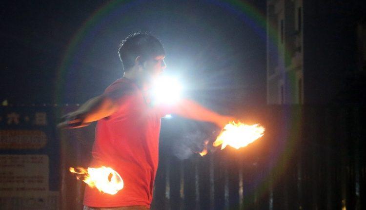 火舞表演者因受限法規,只能在室外演出,即使是在夜市裡,對他們而言都是夢幻的舞台。(趙雙傑攝)