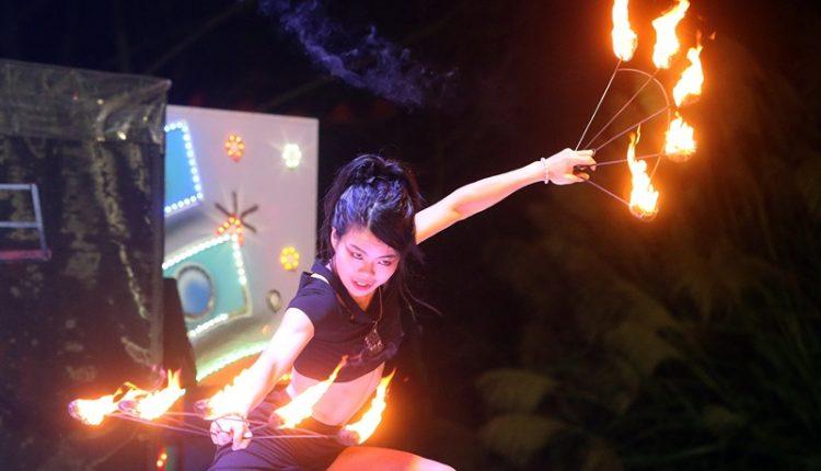 團長曾心昀(見圖) 希望藉由火舞演出,帶給大家滿滿的正能量。(趙雙傑攝)