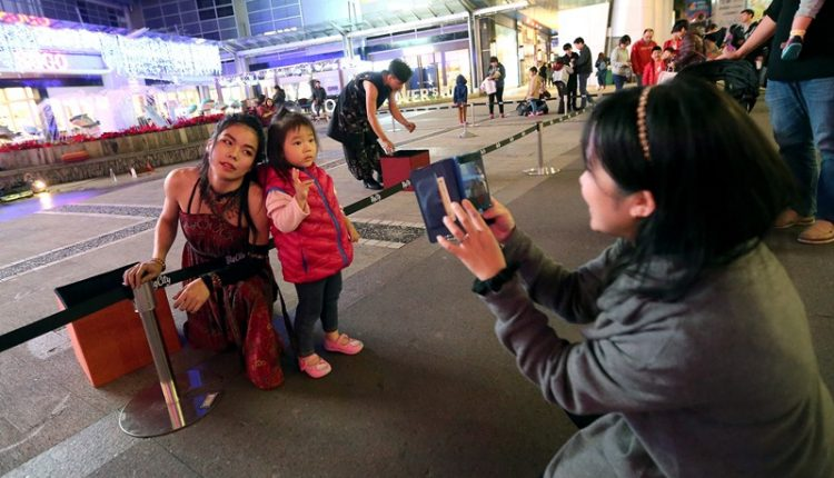 火舞演出後,許多民眾紛紛要求合影留念。(趙雙傑攝)