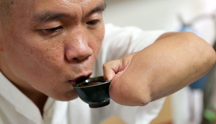 有了腳趾的幫忙,現在自己喝杯茶已經不是難事。(陳信翰攝)