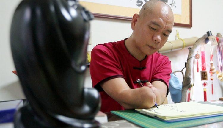 蔡濱鴻重返社會的第一份工作就是算命。(陳信翰攝)