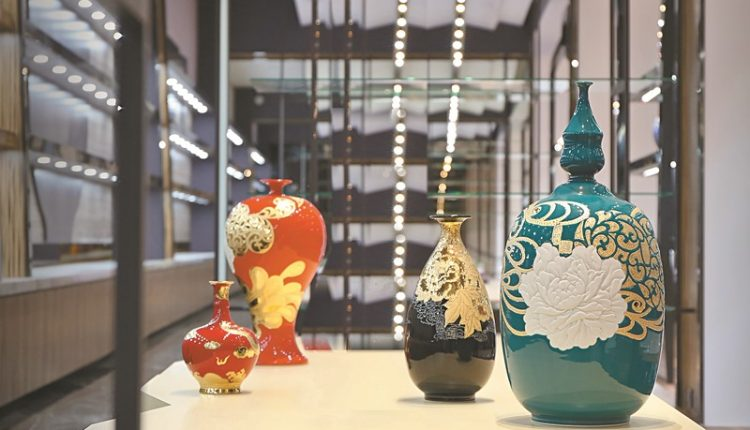 台華窯彩釉雕金雕刻系列,製作工法相當繁複。(台華窯提供)