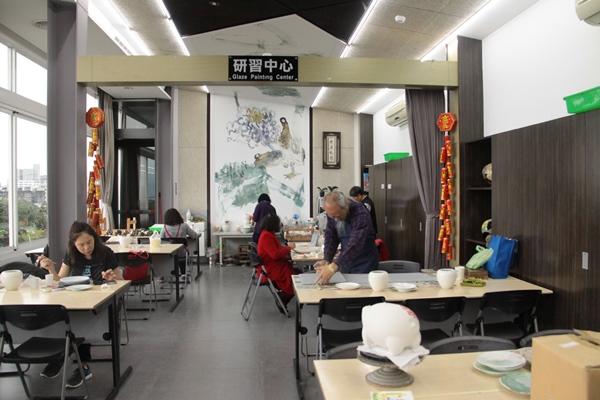 呂兆炘為藝術家們闢設一間「藝術研習中心」,來自全台的藝術家們聚集在這裡,高談藝術、鑽研技法、全心創作。(許哲瑗攝)