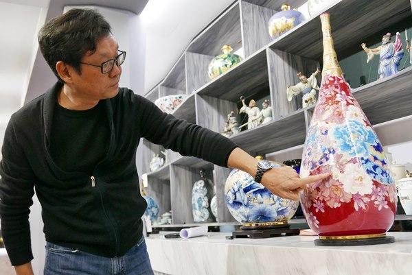 呂兆炘解說瓷瓶上的彩繪。(陳俊雄攝)