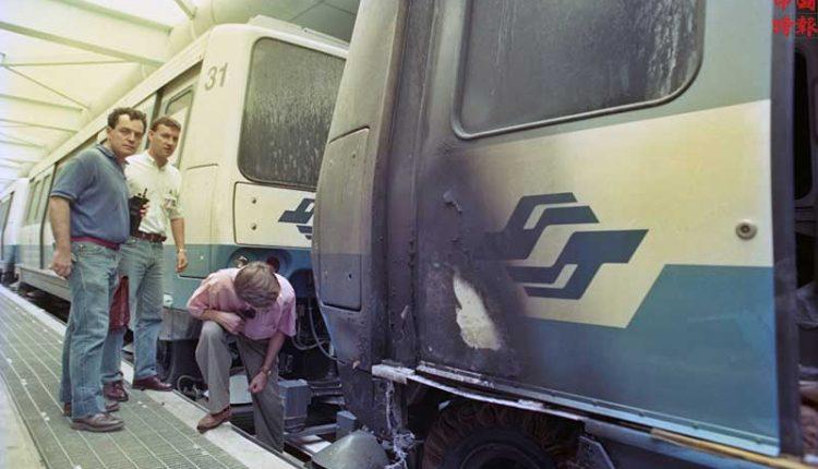 1993年9月24日北市捷運木柵線電聯車,清晨進行軌道測試,再進六張黎站時發生火警,電聯車在起火後輪胎被燒的露出鋼絲。(中時攝影中心
