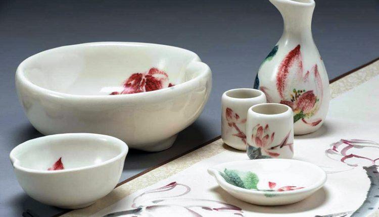 林文嶽結合書畫與陶藝創作,近期的《傳家寶》系列的靈感來自蓮花及蓮葉。(林文嶽提供)