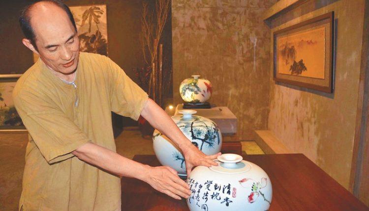 結合書畫及陶藝創作的《白河白》系列作品,特殊之處在釉藥裡加了白河的蓮蓬灰。(周曉婷攝)