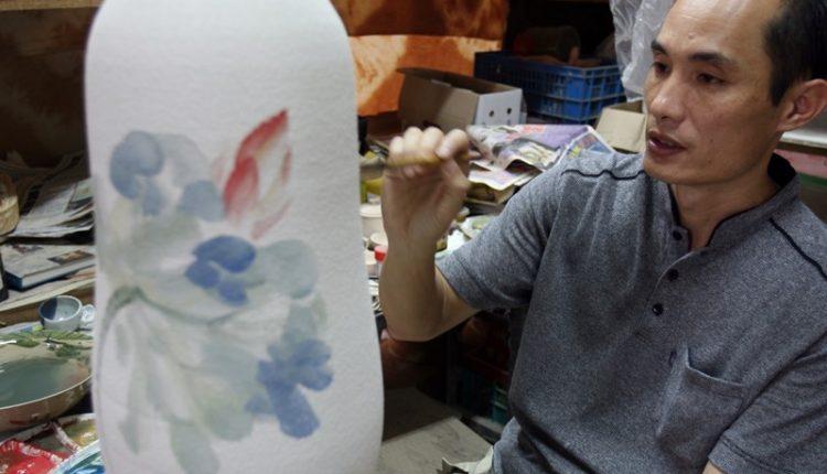 林文嶽突破傳統文人畫法,花費近8年的時間,才研究出將水墨畫畫在陶瓷上。(本報資料照片)