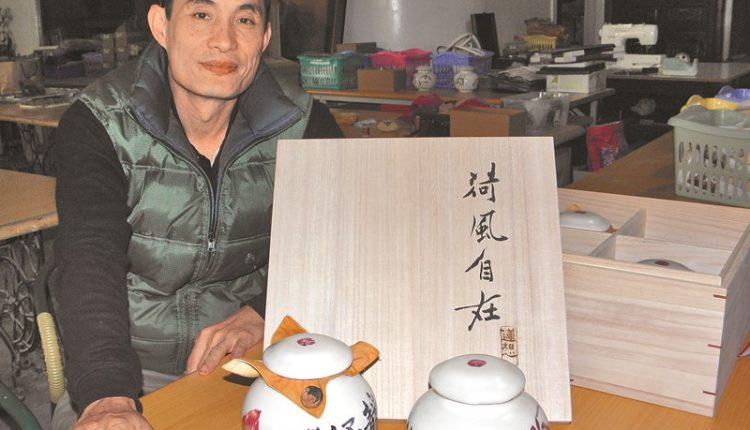 林文嶽的白河陶「茶倉」組,深獲大陸中國書畫院深圳分院認可,一訂兩百套。(本報資料照片)