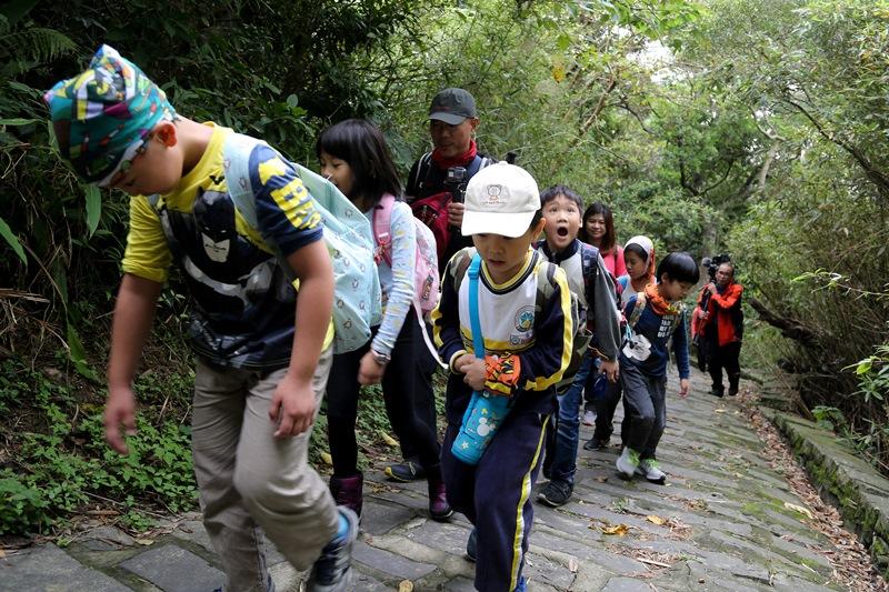 中山國小資源班小朋友在老師與陪山志工們的帶領下,調整呼吸,一步一步踩著連綿不斷的石階,用心去體驗山是一所學校。(王爵暐攝)