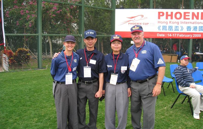 劉柏君(右二)的國際賽裁判處女秀,2009年鳳凰盃香港國際女子棒球邀請賽。(索非亞提供)