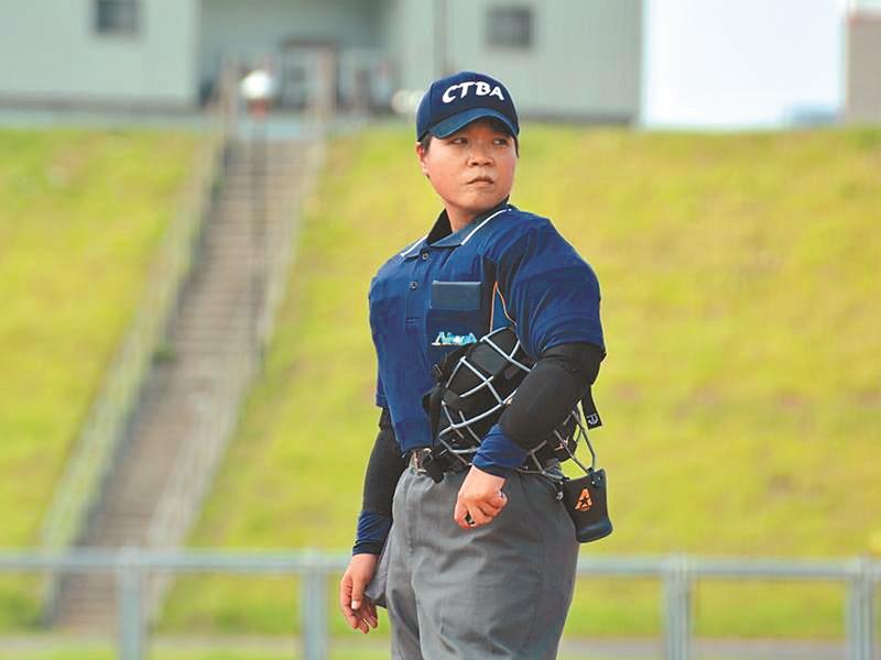 劉柏君為台灣第一位獲得中華民國棒球協會認證的女性裁判,也是首位在全國賽執法的女主審。(譚宇哲翻攝)