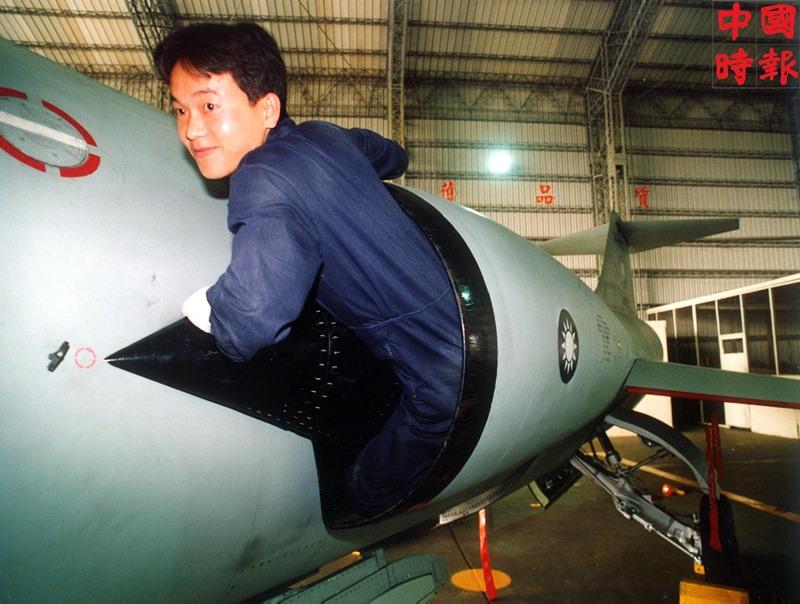 1991年,空軍F104戰機兩翼進氣孔道不大,需要「胸平臂小」、身材不高的空軍地勤維護人員「進氣導士」,鑽進清除引擎葉片雜物。(本報資料照片)