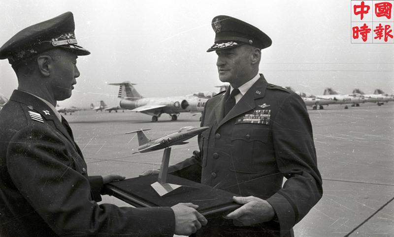 1964年02月26日,美國援助的F-104G全天候噴射戰鬥轟炸攔截機舉行交接典禮。當時的空軍總司令徐煥昇將軍接過美顧問團空軍組長平克斯敦准將的飛機模型,中華民國空軍進入2倍音速的新時代。(本報資料照片)