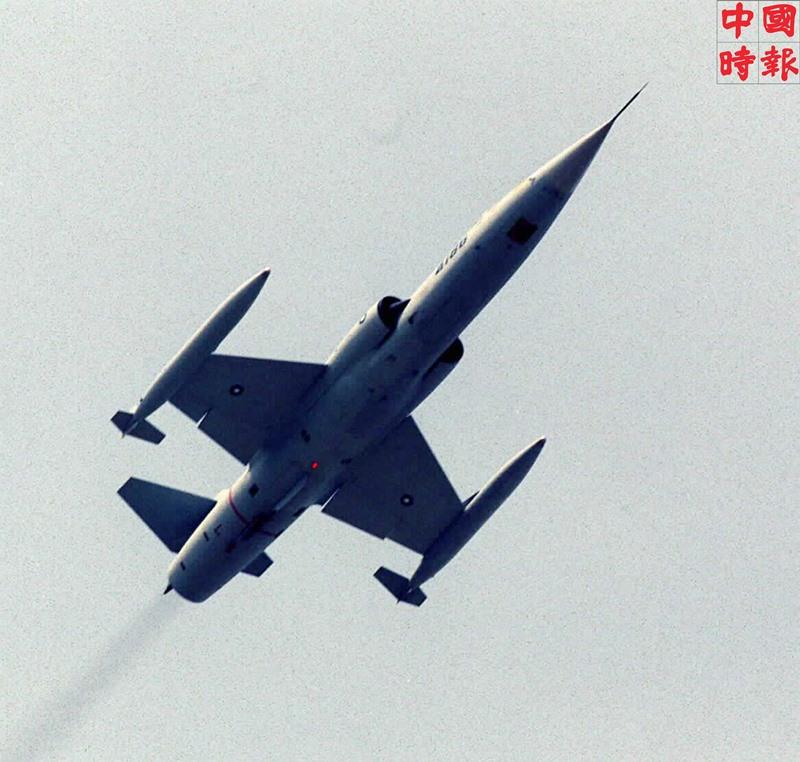 捍衛台海領空長達38年的F-104G戰機,1998年5月8日由兩架雙座機進行最後飛行任務,從新竹基地飛往台中青泉崗,並將於5月22日正式除役。(本報資料照片)