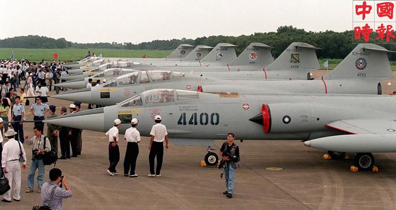 空軍F-104星型戰鬥機除役典禮後,清泉崗基地裡不少當年與它出生入死的駕駛員及家軍家屬們,一起在戰機旁做最後的巡禮。(本報資料照片)