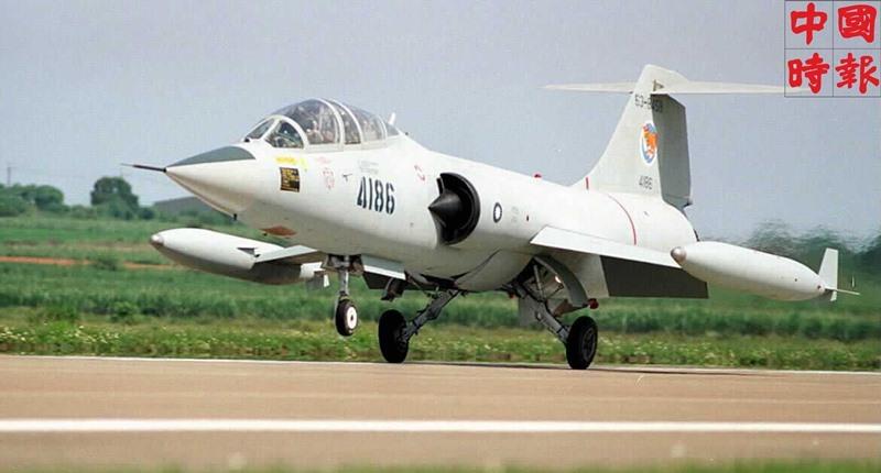 1998年5月8日,編號4186的F-104戰機降落在台中清泉崗基地,結束數38年輝煌的戰績。(本報資料照片)