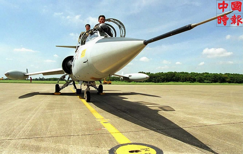 1998年5月8日,編號4186的F104戰機降落在台中清泉崗基地,預備在22日參加除役典禮。(本報資料照片)