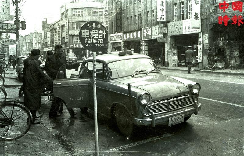 1964年西門町成都路的計程車招呼站。(本報資料照片)