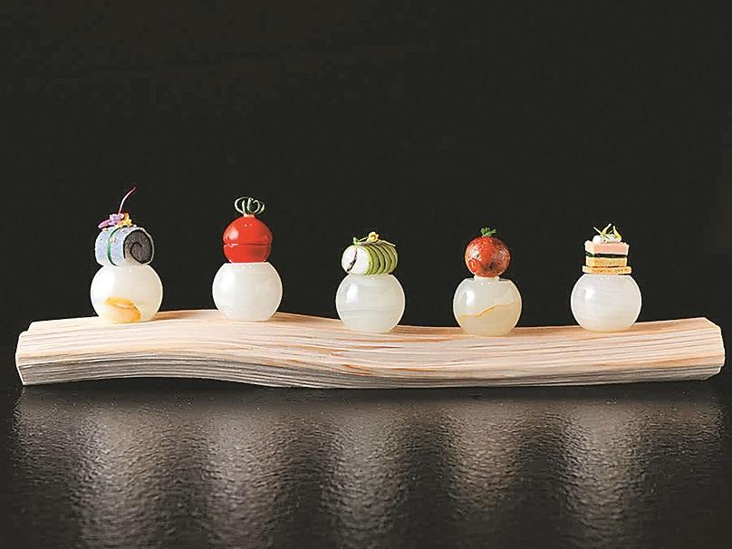 浜田統之的代表料理之一是「石」,5個大理石上呈現不同的小點。(星野集團提供)