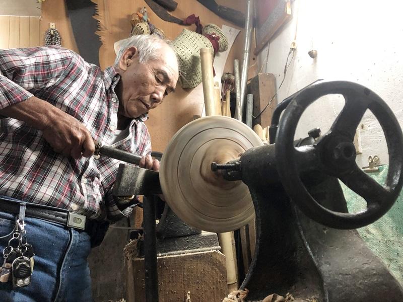 高齡81歲的楊金祿,是大溪目前還在堅持傳統手工製作的老師傅。(鄭任南攝)