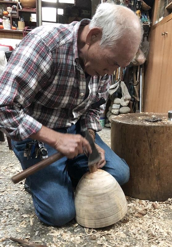 楊金祿表示,做陀螺的手藝,面臨殘酷的斷根危機。(鄭任南攝)