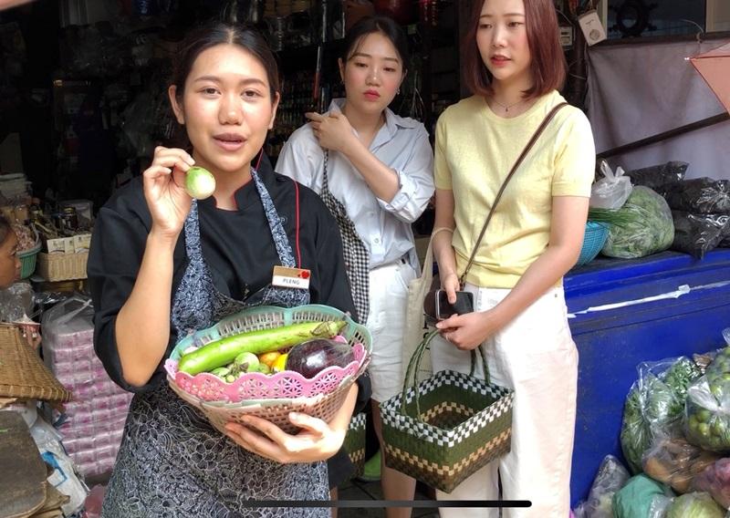 老師在傳統市場講解泰式料理常用到的各式食材。(姚志平攝)