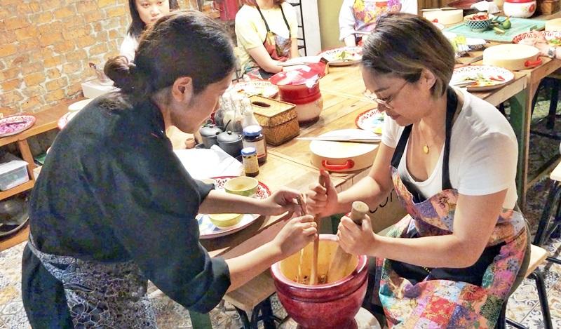 老師與學員們一同製作涼拌青木瓜。(姚志平攝)
