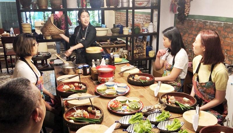 老師在烹調準備區內解說每道料理的製作方法。(姚志平攝)