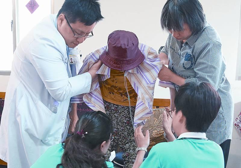 居家安寧在醫療團隊訪視下,仍然能得到適切的照護。(黃子明攝)