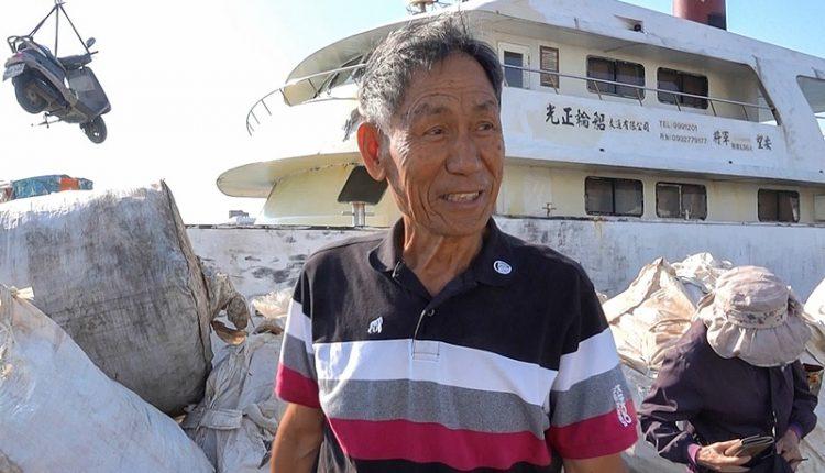 朱秀吉1972年開始經營交通船,幾乎全年無休。(黃子明攝)