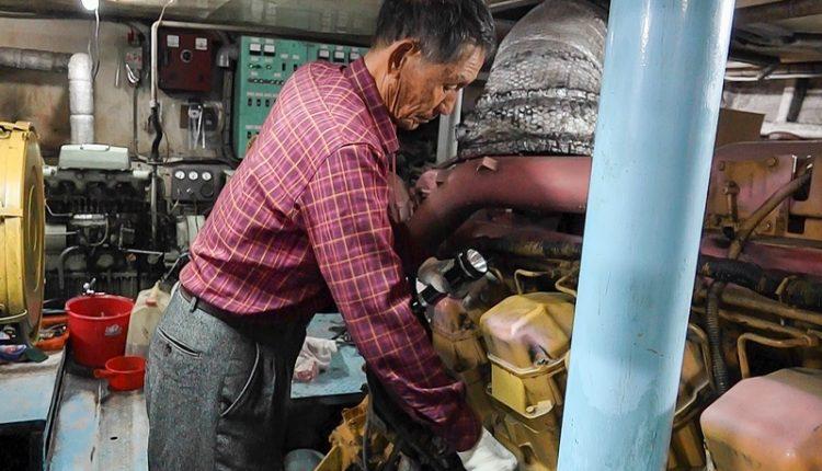每趟航行前,朱秀吉一定親自檢查機電設備。(黃子明攝)