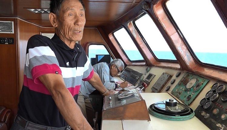 朱秀吉有超過一甲子的航海經驗,進出港一定親自掌舵。(黃子明攝)