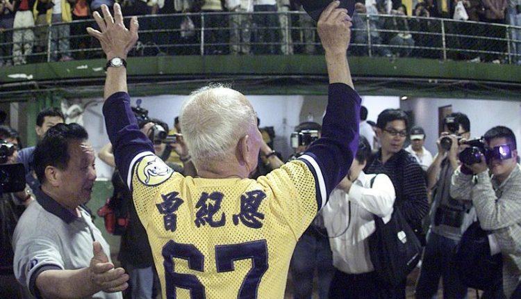 2000年11月27日 台北市立棒球場進行最後一場告別球賽,棒壇老園丁曾紀恩向球迷及台北球場揮手告別。(本報資料照片