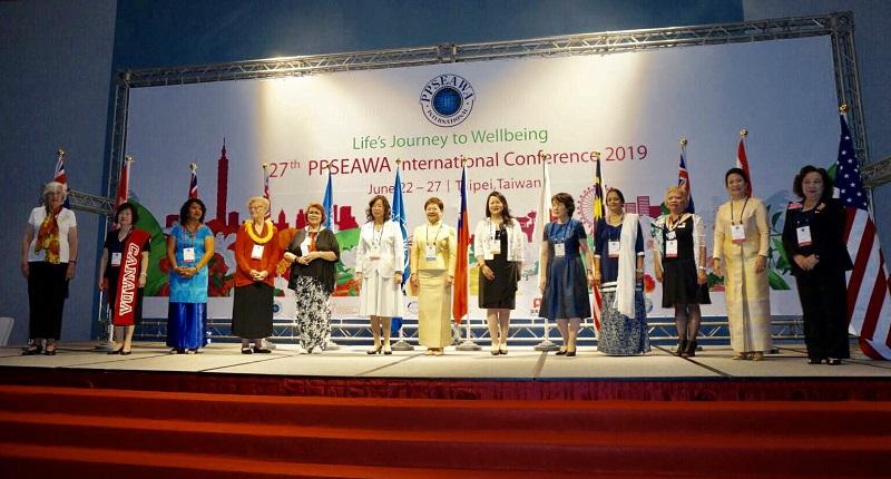 PPSEAWA泛太平洋暨東南亞婦女協會中華民國分會理事長陳淑珠(左六起)、國際總會會長 Mondhiya Bhangsbha等各國代表進場與各國家國旗合影