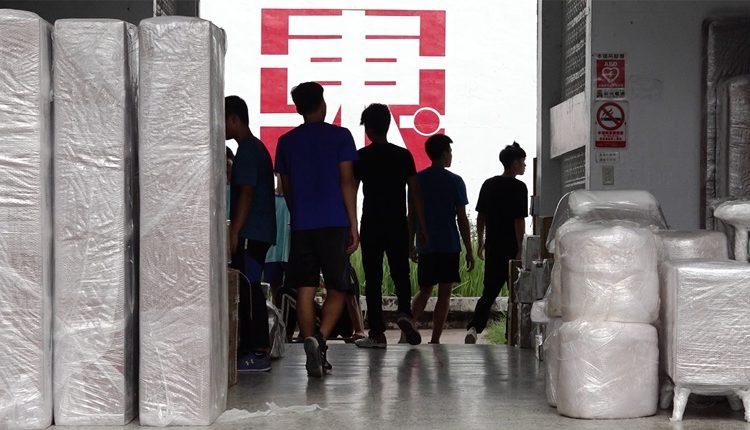 玉東國中木工班的學生將參展的作品仔細地用防震的泡綿打包好擺在學校川堂,準備送去華山展覽。(季志翔攝)