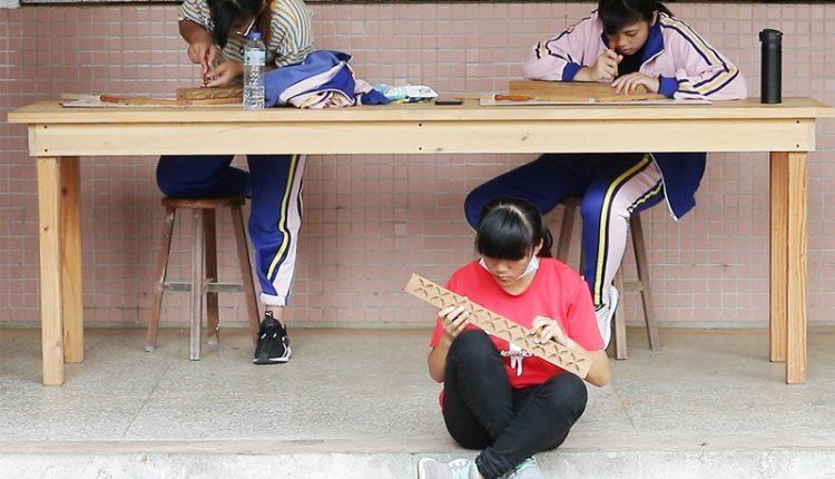 玉東國中木工班學生製作的傢俱上面,結合傳統文化的葉子佔有相當的比重,耐心不夠的女學生常常刻葉子刻到哭。(季志翔攝)