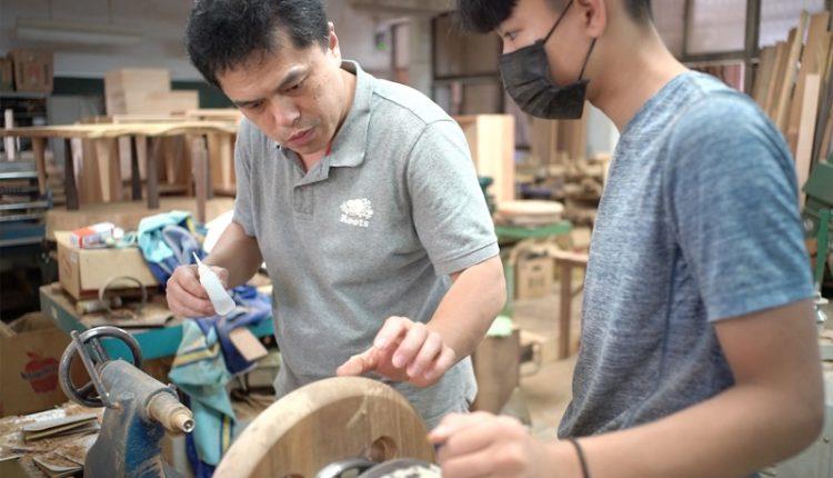 玉東國中木工班指導老師王嘉納(左)指導潘紹晨(右)木頭的修補技術。(季志翔攝)